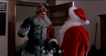 산타가 범인이라는 주인공의 신고를 무시한 경찰들은 당연하게도 산타에게 끔살 (사망자 22, 23, 24, 25호)