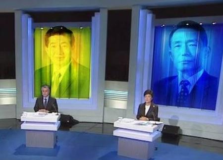 토론회에 나선 문재인/박근혜 후보의 뒤에 노무현/박정희를 합성한 모습