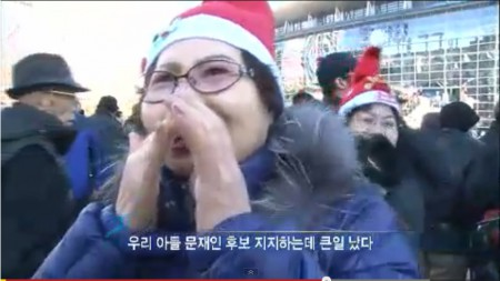 아들이 문재인 후보를 지지한다며, 자신이 박근혜 후보 유세에 나온 게 알려지면 안된다고 이야기하는 어느 시민. 이 지지자는 자비를 털어 산 빨간색 산타클로스 모자를 참가자들에게 나누어주었다. 출처: KBS 다큐멘터리 3일