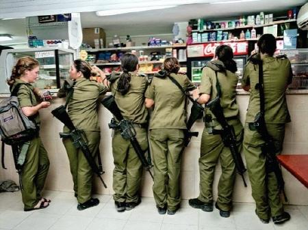 이스라엘 여군의 PX습격사건이다!! 총만 빼면, 여고생들이 매점을 습격하는 모습처럼 보일만도 하다.