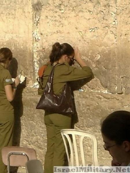 통곡의 벽에 기대서 있는 이스라엘 여군...뭔가 좀 짠하면서도 미묘하게 언밸런스하다. 백 때문인가?