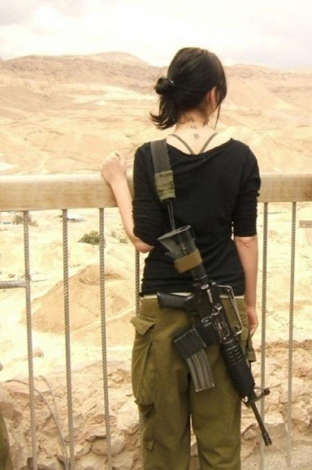 개인적으로 좋아하는 사진이다. 가녀린 목선과 허리, 그와 대비되는 목에 선명한 문신!! 조그브라 형태의 전투용 브라!! 그리고 검은색 셔츠와 대비되는 장전된 M-16과 황량한 벌판...이거 설정샷인 거 알지만...그냥 넘어간다. 정말...이스라엘 여군은 남자들의 환상을 자극한다.
