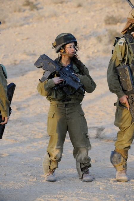이런 애들도 있어. TAR-21 소총에 주목해서 봐봐. 뭐 그렇다고...니 패드 내려간거 보이지? 훈련이 빡센가 봐. 그래도 니패드도 주고...이스라엘군 역시 장비빨 하나는 죽여! 여담이지만, 인턴넷에서 떠도는 수많은 이스라엘 여군 사진들 보면 '홍보용'이란 느낌 안드냐? 후후...그런거야 IDF 애들이 참 머리 잘 썼어. 괜히 유대인이 아냐...이스라엘 여군이 다 쭉쭉빵이란 환상을 버리자구