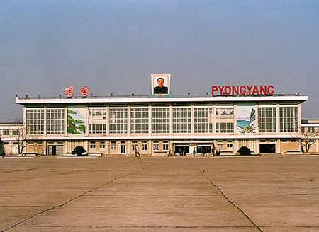 텅 빈 평양 공항, 하지만 기차보다는 개발성이 좋다.