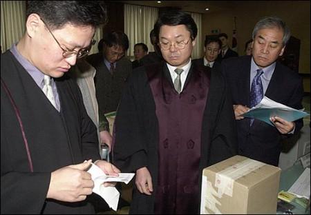 한나라당에서도 결의를 다지고 참관인을 파견했다. 이재오 의원까지 바쁜 몸을 이끌고 친히 검표를 참관.
