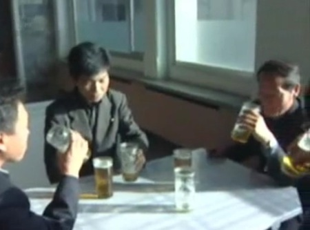 평양 시민들이 안주와 병 없이 잔만 가지고 맥주를 마시고 있다.