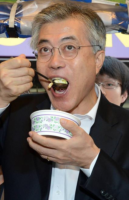 컵밥 먹는 문재인