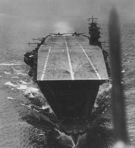 원래는 88함대계획에 의해 아마기 형 순양전함 2번함으로 건조. 진수했는데, 워싱턴 해군군축조약에 따라 폐기해야 할 놈이었다. 그러나 그냥 폐기하기에는 너무 아까워서 항공모함으로 개장했다. 항공모함 갑판이 짧아서 불만도 많았고, 난기류 발생 등등 복잡다단한 문제들이 많았다. 그래도 연합함대에 들어가 진주만 기습, 미드웨이 해전 등등 굵직굵직한 전투의 선봉에 섰다.