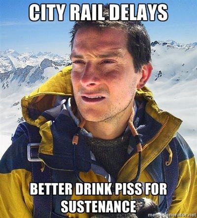 """사진 5: """"또 기차가 안 온다면, 생존을 위해 오줌을 마시는 게 좋습니다."""""""