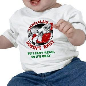 """아기의 옷에 """"산타는 존재하지 않아. 하지만 난 이걸 읽을 수 없으니까 괜찮아"""" 라고 적혀 있다."""