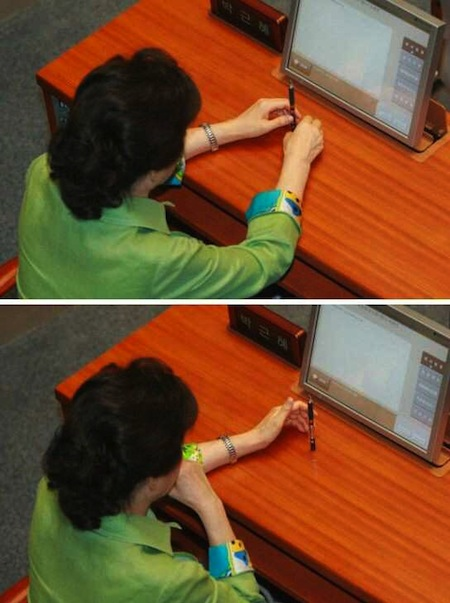 박근혜가 볼펜 세우기 장난을 하고 있다.