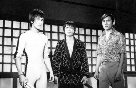 가운데는 스턴트맨 출신인 티에 위엔, 오른쪽은 전작들에서도 얼굴을 자주 비췄던 제임스 티엔.