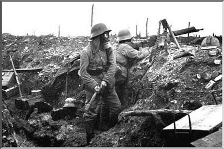 기관총과 수류탄을 사용하여 연합군의 공격을 막아내고 있는 독일군. 독가스 공격을 방어하기 위한 방독면을 착용하고 있다. 1916년, 베르됭 전투.