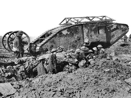 최초의 전차(Mark I) 실전 투입 - 1916년 9월 26일, 솜므 전투.
