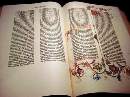 구텐베르크 성서. 구텐베르크가 인쇄한 성서는 현재 모두 48권이 남아 있으며, 사진의 것은 복제품이다. 비록 양피지 대신 종이를 쓰긴 했지만, 채색사가 장식을 할 수 있도록 여백이 많았으며 문단 첫 글자 역시 매우 화려하게 디자인됐다. (*출처: http://www.flickr.com/photos/andromeda8236/2251874724/)