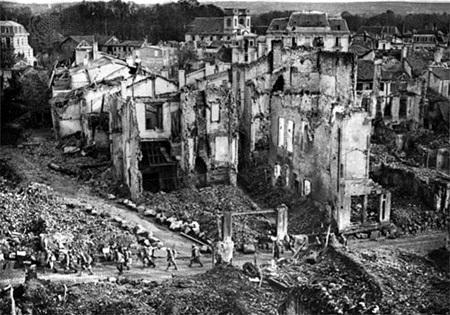 """베르덩은 1차 대전 최대 격전지로 꼽힌다. 출처: """"Image Gallery: World War I"""", Encyclopædia Britannica, http://www.britannica.com/EBchecked/media/73554/French-troops-passing-though-the-ruins-of-Verdun-France-1916, ©2013 Encyclopædia Britannica, Inc."""