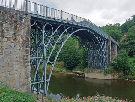 최초의 철제 다리. 영국 슈롭셔[shropshire].(*출처: http://www.flickr.com/photos/johnclift/4862619918/)