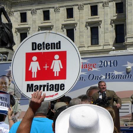 동성결혼에 반대하는 피켓을 들고 있다. (Fibonacci Blue, CC BY 2.0)