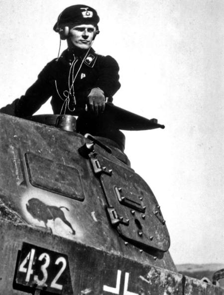 해치를 열고 상반신을 내놓은 독일군 전차장. 무선 통신을 위한 헤드폰과 마이크를 착용하고 있다. 해치와 무전기 같은 장비들은 초기 버전의 전차에서는 있지도 않았다. 1940년 4월.