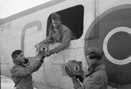 """비행기에 탑재되고 있는 전서 비둘기의 모습 출처: """"File:RAF Liberator pigeons WWII IWM CH 12364.jpg"""", Wikimedia Commons, http://commons.wikimedia.org/wiki/File:RAF_Liberator_pigeons_WWII_IWM_CH_12364.jpg"""