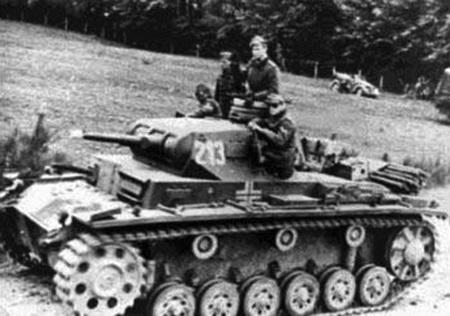 현대 전차의 아버지: 독일 육군의 3호 전차 E형(Panzerkampfwagen 3, E type). 1939년부터 일선 부대에 배치되기 시작했다. 이 전차는 기갑부대 운용을 목적으로 해서 만들어진 첫 번째 전차로, 원활한 단체행동을 위해 무전기가 기본 사양으로 탑재되었다. 이 전차에서 처음으로 차장·운전수·포수·장전수·무전수의 임무가 정의되었는데, 무전기가 발달하면서 차장이 무전수를 겸하게 된 걸 제외하면 이 구성은 현재에도 그대로 쓰인다.