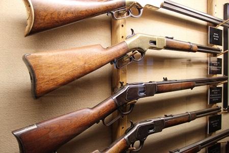 윈체스터 미스터리 하우스에 전시된 윈체스터 총기들. (*출처: http://www.flickr.com/photos/bryanh/6985074287/)