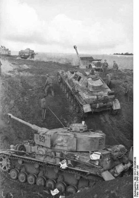 소련군 방어선을 공격하는 독일군 전차부대. 뭔가 어설퍼 보이던 기존의 전차들과는 달리 지금 사람들의 눈에도 익숙한 모습이 보인다. 1943년 7월, 러시아 남부 쿠르스크.