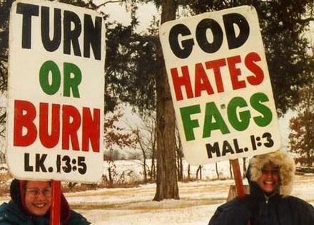 """""""이성애자가 되거나, 불타거나."""" / """"신은 동성애자를 싫어한다."""""""