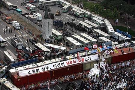 소통은커녕 소통을 위한 접근조차 안 시키겠다는 강력한 의지를 천명했던 명박산성.그 시절 서울에 세워진 건축 혹은 구조물 대부분이 그렇겠지만, 이보다 불통스러운 것이 또 있을까?