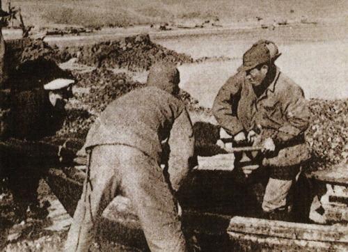 석도에서의 부상자 후송 모습. 당시 전투의 격렬함을 간접적으로 보여준다.