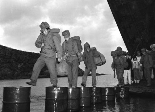 초도에 상륙한 해병대원의 모습. 41독립중대는 지원도 거의 없이 들어가는 특공대나 다름 없어, 영화 의 모티브가 되기도 했다.