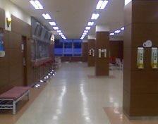 동대문 지점의 객장 내 창구의 모습. 발매 창구와 좌석 사이의 이 공간은 손님들의 이동 공간이자 줄을 서는 공간으로 물리적 마찰이 일어날 수밖에 없는 구조다.