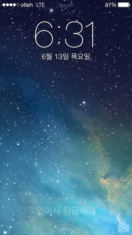 iOS 7의 홈스크린. '밀어서 잠금해제'는 물론 화면 상하단의 화살표, 카메라 아이콘까지 잘 보이지 않게 잘 숨겼다