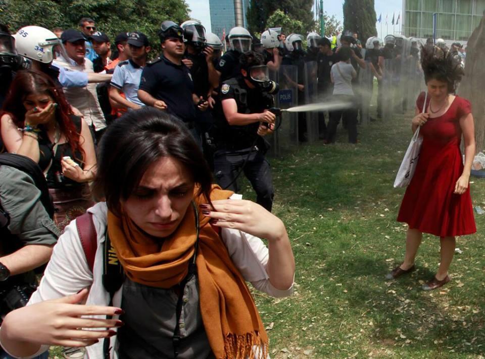 터키 시위와 촛불 시위, 민주주의 정권의 비민주적 정책에 맞서