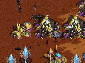 스타크래프트 게임 중 프로토스족 진영에 침투한 저그족의 러커가 러킹 공격을 하고 있다.