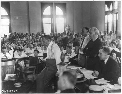'원숭이 재판'으로 유명한 스콥스 재판에서 논쟁하는 사람들의 모습.