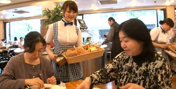 일본의 유명한 패밀리 레스토랑 겸 베이커리 프렌차이즈, 코베야의 유니폼. 여성의 가슴 볼륨을 최대한도로 강조한 것이 특징이다. 코베야와 안나 밀러스의 유니폼은 패티쉬적 의미를 가진 프렌치 메이드복에서 그 모티브를 가져온 것이다.