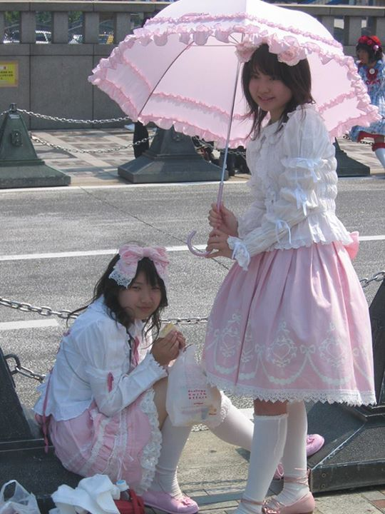 롤리타 패션이 아직 신기한 것으로 인식되고 있는 우리나라와는 달리 해외, 특히 옆나라 일본에서는 하나의 패션 트렌드로 자리를 잡아가고 있다. 물론 메이져한 패션 트렌드는 결코 아니지만.