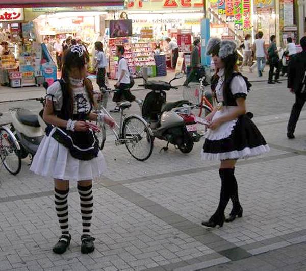 아키하바라에서 호객행위를 하고 있는 에이드들. 롤리타 패션과 사실 거의 하등의 차이가 없어 보인다.