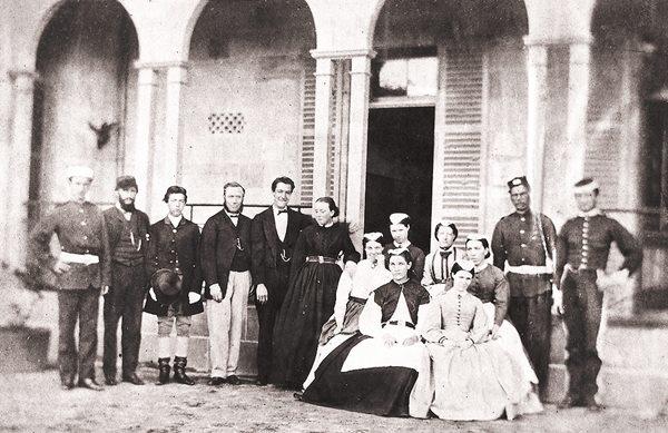 (19세기 호주의 한 가족사진. 식민지의 부유층과 중산층에서도 메이드를 고용하는 것은 흔한 일이었다)