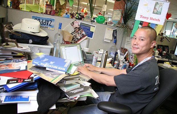 온라인 쇼핑몰 자포스(Zappos)의 CEO인 토니 시에(Tony Hsieh)의 책상이다. 책에서부터 카우보이 모자에 이르기까지 다양한 물건들이 수북히 쌓여 있다.
