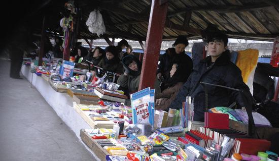 북한 내부에 자생적인 자본주의를 심고 있는 북한의 상인들. 그런데 과연 이들이 통일을 반길 것인가?