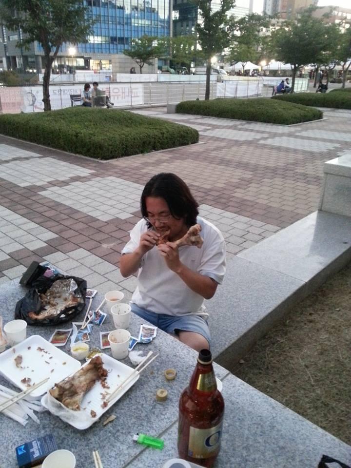 족발과 즐거운 시간을 보내고 있는 역자 전현우 선생 (44, 재야 철도연구자)