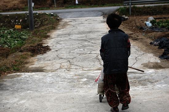 ▲ 평생을 가난과 싸운 농촌 노인들은 자식을 떠나 보낸 후 홀로 됐다. 이들에게 남은 건 늙고 병든 몸이다. ⓒ 박다영