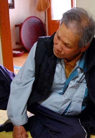 """▲ 이틀에 한번꼴로 병원에 다니는 안부엽씨는 종일 누워 생활한다. 살림은 모두 70대 후반의 부인 몫이다. ⓒ 임온유 """"몸이 불편해서 잘 움직이지도 못해."""""""