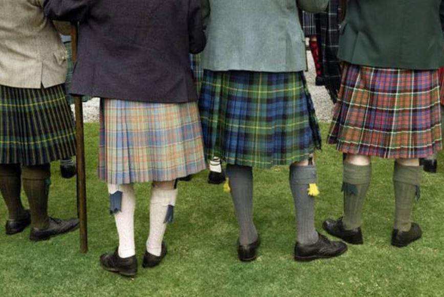 스코틀랜드 지역의 남성용 타탄체크 치마 kilt도 지역의 유서깊은 전통이라는 설도 있으나 18세기 군대의 제복으로 채택되어 이어온 근대의 발명품이라는 견해가 지배적이다.