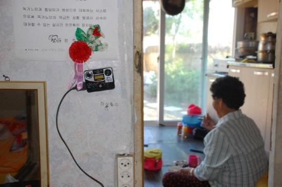 ▲ 독거노인의 안전을 위한 '사랑의 안심폰'이 벽에 설치돼있지만 정씨는 전기세가 나간다고 코드를 빼놓은 상태다. ⓒ 장경혜
