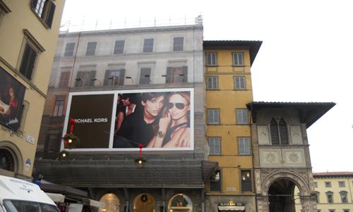 피렌체 두오모 광장의 한 문화재 건축물이 보수 중. 마이클코어스 가림막이 인상적이다.