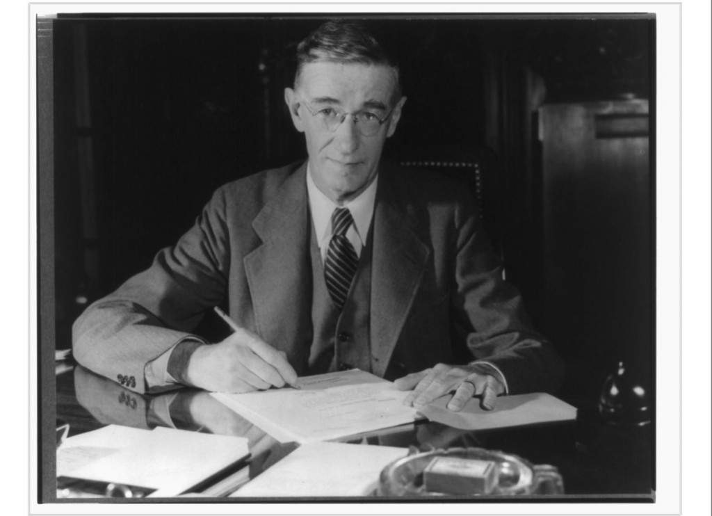 버니바 부시. MIT 출신의 공학자이자, 행정가로 미국의 2차대전과 전후 과학기술정책 수립에 크게 기여했다.
