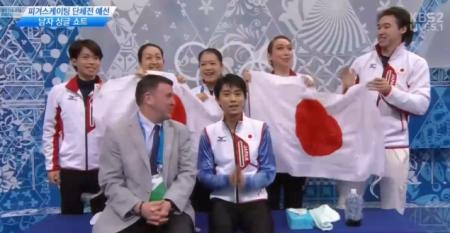 피겨 팀 경기에서 가장 팀워크가 돋보이는 순간: 뒤에 서서 국기 흔들어 주기.